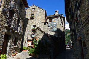 Casonas de Torla-Ordesa con su arquitectura tradicional del Alto Aragón