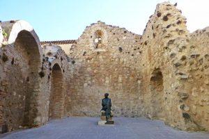 Escultura de Federico Muelas entre las ruinas de la Iglesia de San Pantaleón