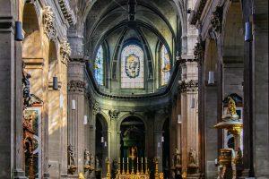 Interior de la Iglesia de Saint Sulpice en París