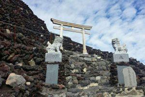 Pequeño santuario en la ladera del Monte Fuji