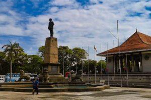 Estatua de D.S. Senanayake junto al Salón Conmemorativo de la Independencia
