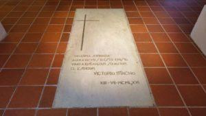 Sepulcro de Victorio Macho bajo el Cristo del Otero