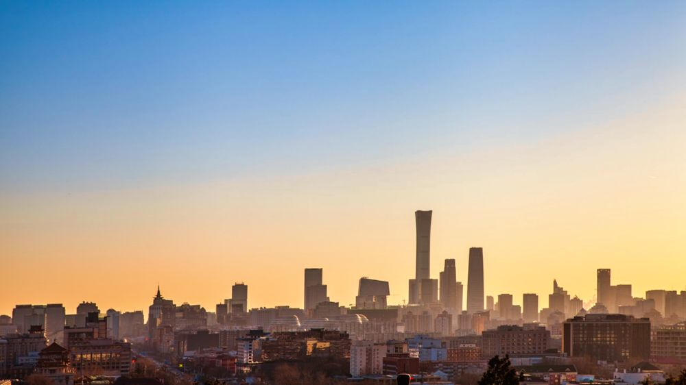 Skyline salpicado de los rascacielos de Pekín