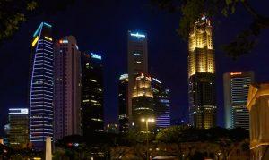 Vista nocturna del skyline de Singapur