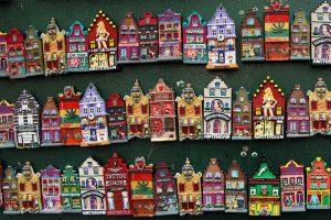 Imanes con forma de casas tradicionales holandesas, uno de los sovenirs típicos de Ámsterdam