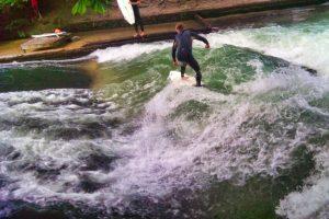 Surfeando en el canal Eisbach del Jardín Inglés de Múnich
