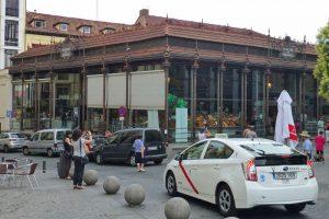 Taxi de Madrid frente al Mercado de San Miguel