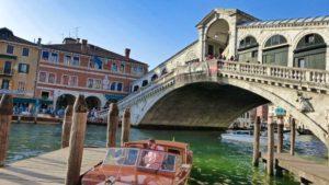 Taxi acuático de Venecia junto al Puente de Rialto