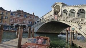Taxi acuático de Venecia junto al Puente de Rialto, cómo moverse por Venecia