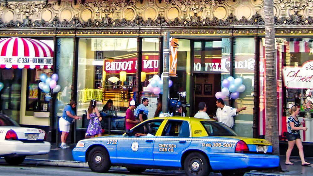 Taxi, uno de los medios de transporte para moverse por Los Ángeles