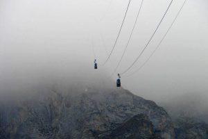 Cabinas del Teleférico de Fuenté Dé cruzándose entre la niebla