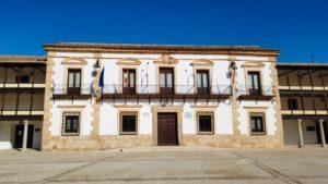 Ayuntamiento de Tembleque presidiendo la Plaza Mayor
