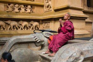 Monje budista a la entrada del Templo de Kelaniya