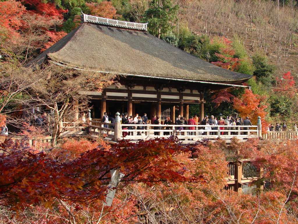 Salón secundario del templo Kiyomizudera durante el momiji