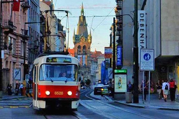 Medios de transporte para moverse por Praga, metro, tranvía, autobús urbano y turístico, taxi y barco