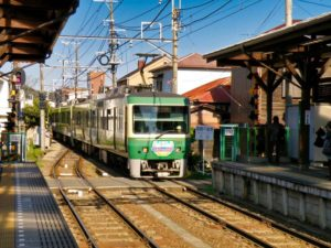 Tren Enoden por las vías estrechas de Kamakura