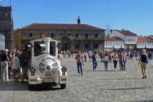 Tren turístico de Santiago de Compostela en la Plaza del Obradoiro, cómo moverse por Santiago de Compostela