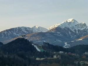 Trampolín de Salto de Bergisel rodeado por montañas tirolesas
