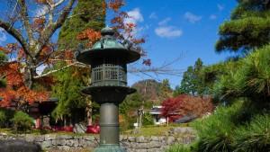 Farolillo tradicional japonés en un templo de Nikko