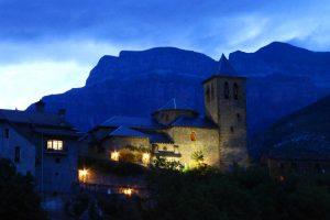 Vista nocturna de Torla-Ordesa a los pies del monte Mondarruego