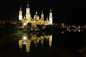 Vista nocturna de la Basílica de Nuestra Señora del Pilar