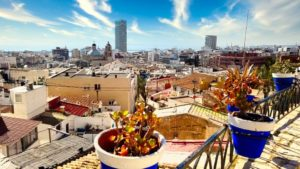 Plaza con vistas hacia el casco histórico de Alicante
