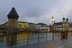 Vista nocturna de la Torre del Agua de Lucerna (Wasserturm)