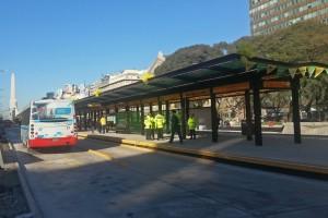 Parada de colectivo en la Avenida 9 de Julio, cómo moverse por Buenos Aires