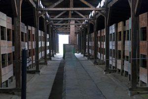 Literas en uno de los barracones de Auschwitz II