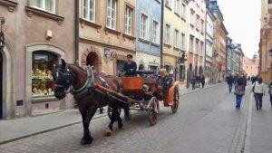 Calesa de caballos recorriendo las calles de Varsovia