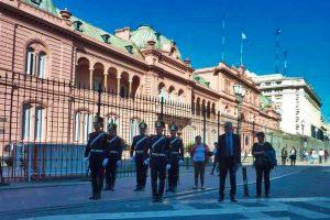 Guardia militar frente a la Casa Rosada
