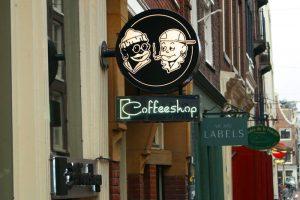 Cartel a la entrada de un  coffee shop de Ámsterdam