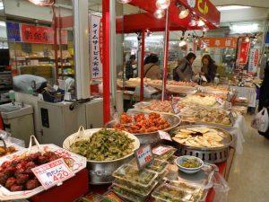 Puesto de comida preparada en los bajos de un centro comercial de Tokio