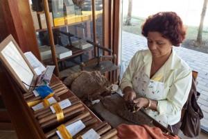 Elaboración tradicional de los puros habanos, el souvenir más solicitado de Cuba, qué comprar en Cuba