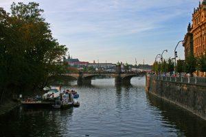 Embarcadero de cruceros fluviales por el río Moldava