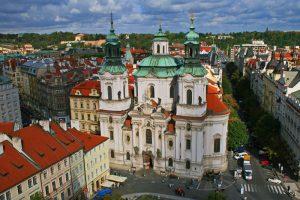 Iglesia de San Nicolás en la Plaza de la Ciudad Vieja de Praga