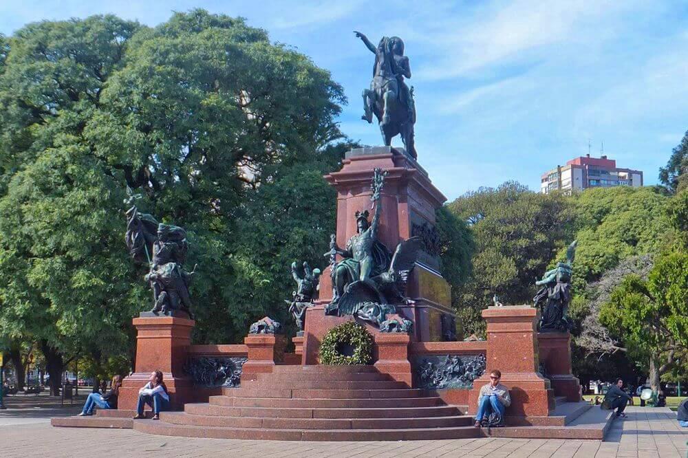 Monumento al General San Martín en la Plaza San Martín