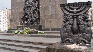 Lado oeste del Monumento a los Héroes del Gueto de Varsovia