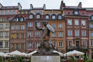 Monumento a la Sirenita en la Plaza del Mercado de Varsovia