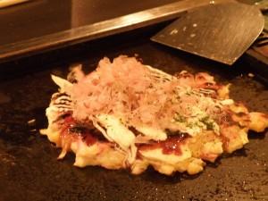Okonomiyaki, también conocido como la pizza japonesa, qué comer en Kioto