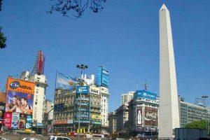 Obelisco de Buenos Aires al final de la Avenida 9 de Julio