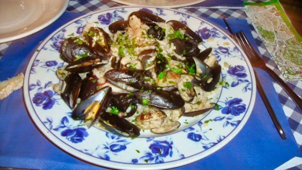 Risotto a la vongole, uno de los platos típicos de la gastronomía de Milán