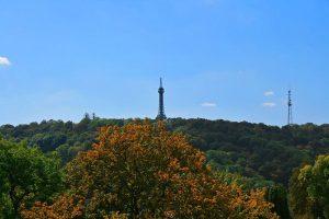 Torre de Petřín, sobre el Monte Petřín, una de las zonas verdes más importantes de Praga