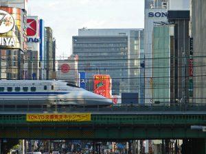 Shinkansen atravesando las calles de Tokio